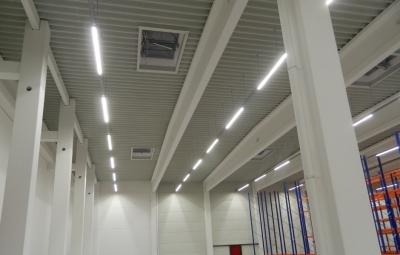 Referenzbild Firma Krumpholz LED Hallenbeleuchtung nach Umrüstung Energieeinsparung mit LOGIC Glas