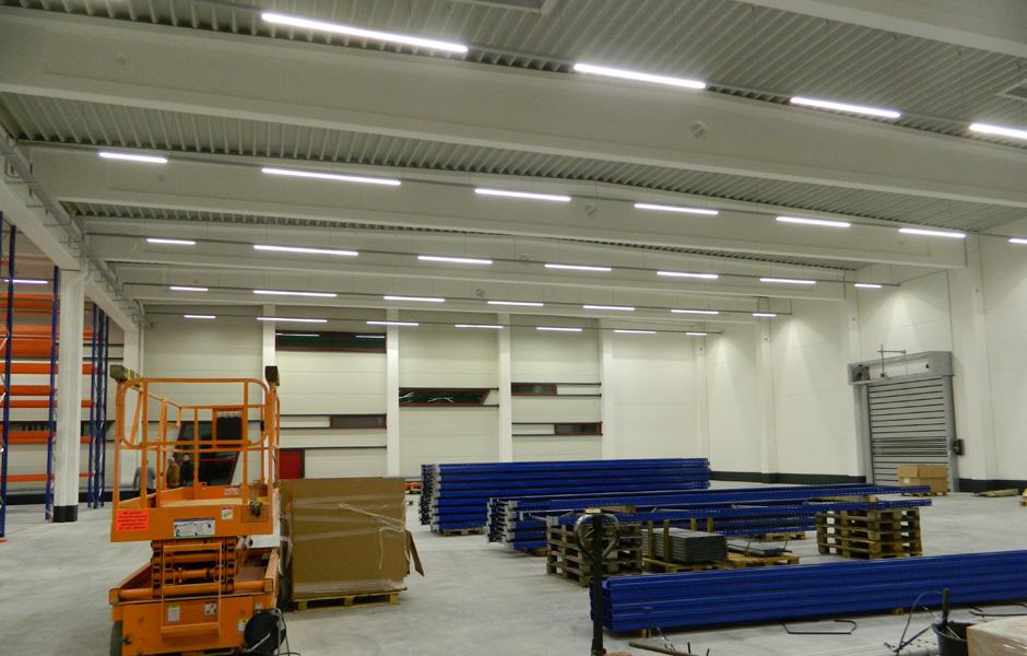 Referenzbild LED Hallenbeleuchtung nach Umrüstung Energieeinsparung mit LOGIC Glas Firma Krumpholz Referenzkunde